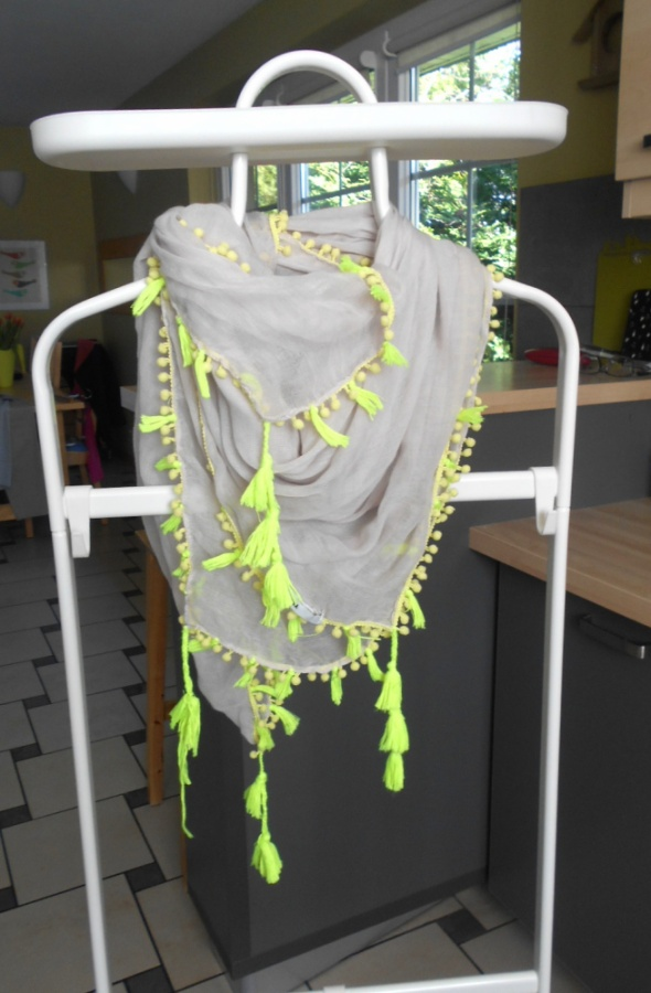 Chusty i apaszki Tally Weijl beżowa chusta neon frędzle nude kulki