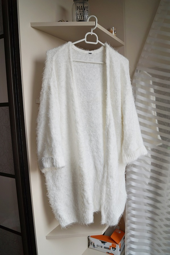 Biały kudłaty sweterek narzutka...