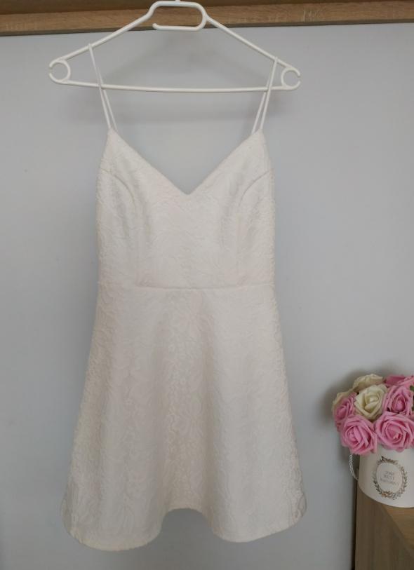 Biała sukienka Boohoo na ramiączkach S...