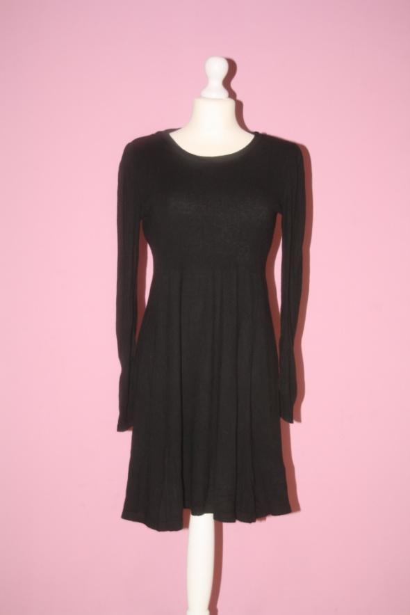 Czarna sweterkowata sukienka z długim rękawem...