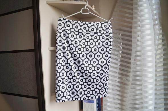 Biało czarna spódniczka w kwiatki L