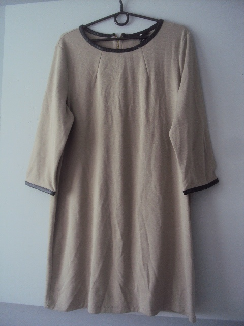 dzianinowa sukienka ze skózranymi lamówkami...