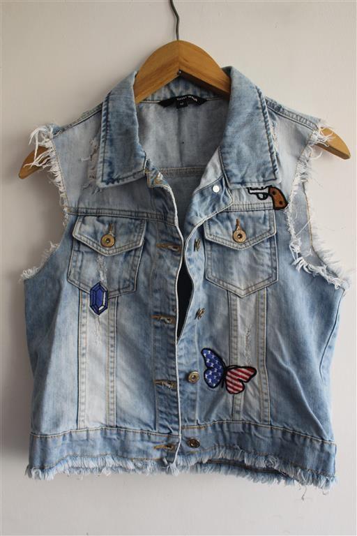niebieska kamizelka jeansowa z naszywkami