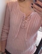 różowy pastelowy sznurowany sweter