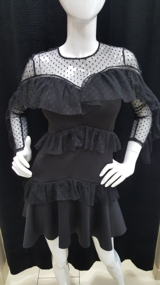 Tiulowa sukienka z falbankami...