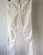 Białe spodnie jeansy rurki Hollister...