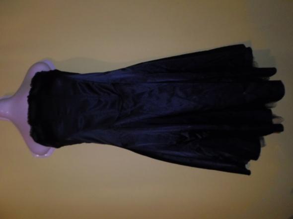 Satynowa suknia z tiulem