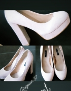 Pudrowe buty na słulku