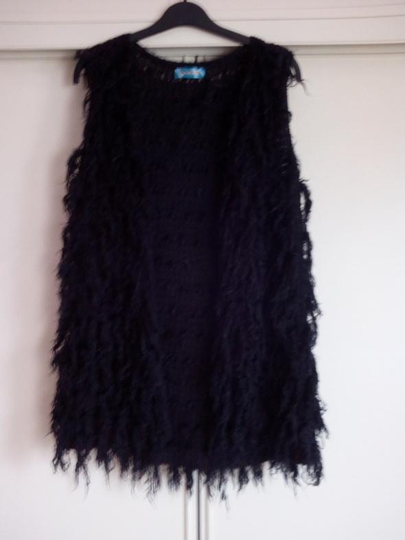 Długa czarna kudłata kamizelka
