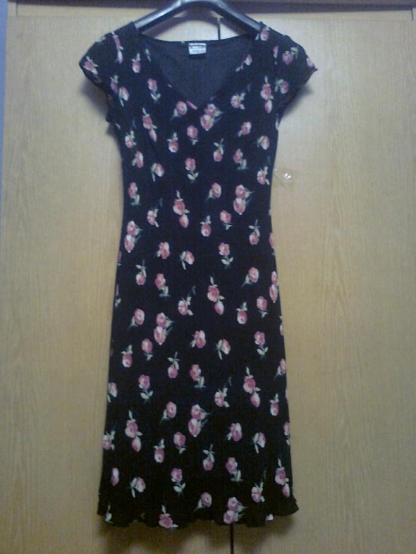 czarna sukienka w róże