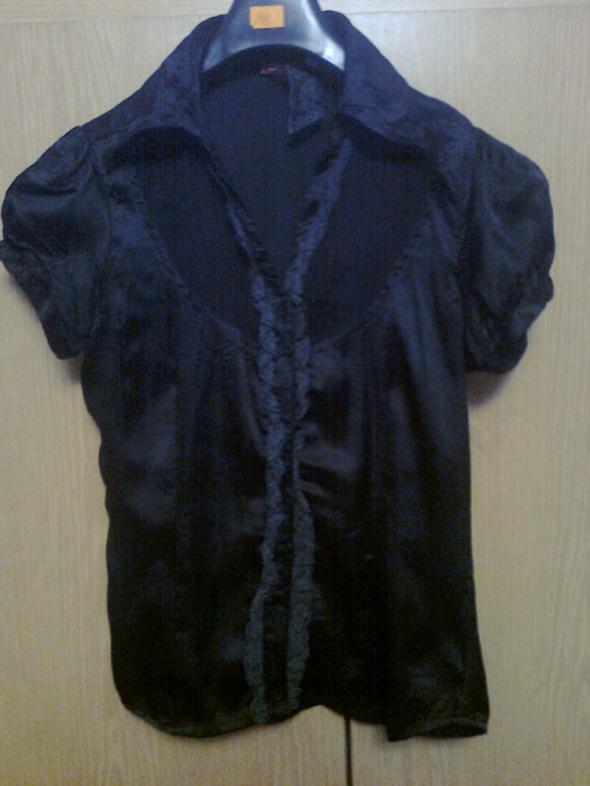 satynowa czarna bluzka z koronką