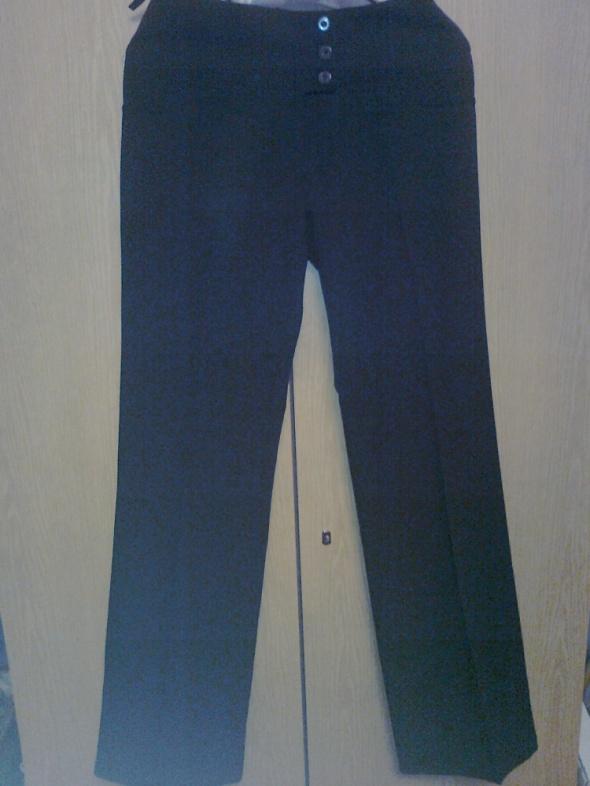 czarne eleganckie spodnie w kancik biodrówki