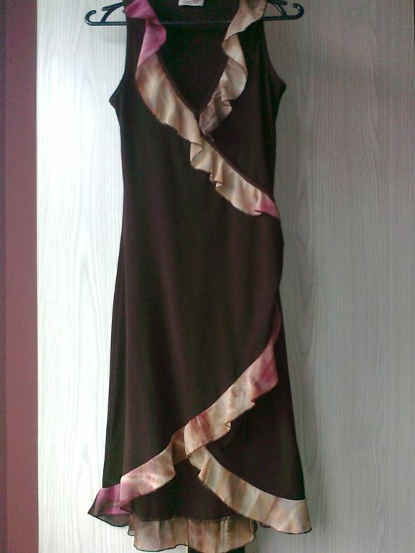 brązowa sukienka z falbankami