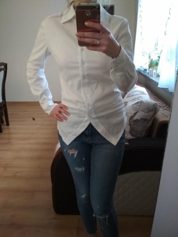 Biała koszula zapinana z tyłu