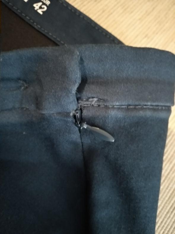 Granatowe spodnie zapinane z boku