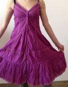 Amarantowa sukienka z falbanami na ramiączkach...