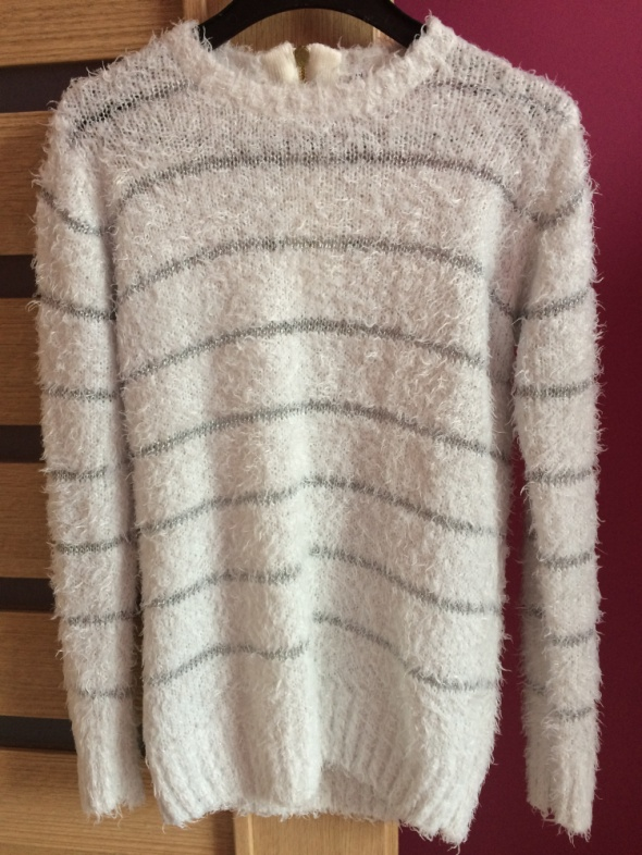 Włochaty biały sweterek Troll ze srebrną nicią