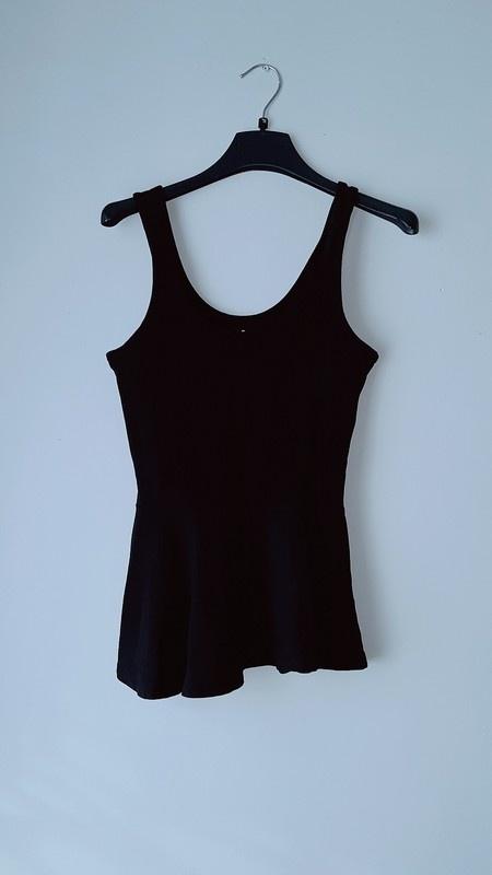 Czarna bluzka na ramiączka baskinka...