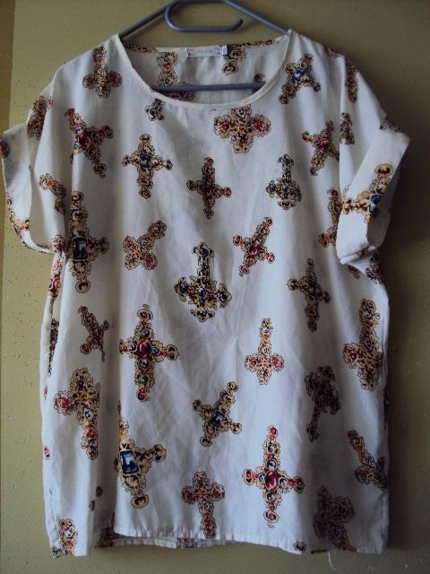 białą bluzka z krzyżami