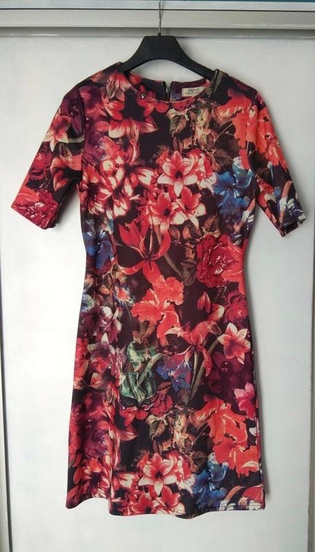 Dopasowana sukienka wzoru kwiecista