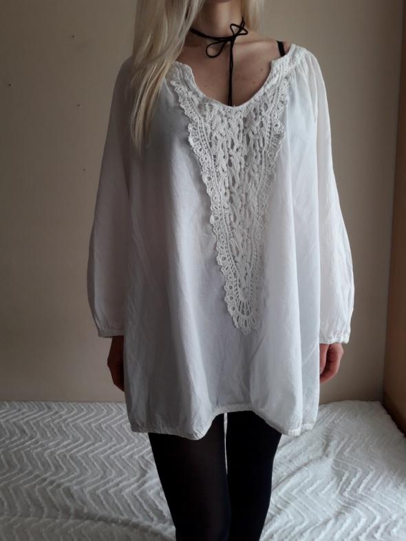 Biała bluzeczka z ażurową aplikacją...