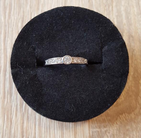 Nowy elegancki pierścionek skromy srebrny kolor cyrkonie białe