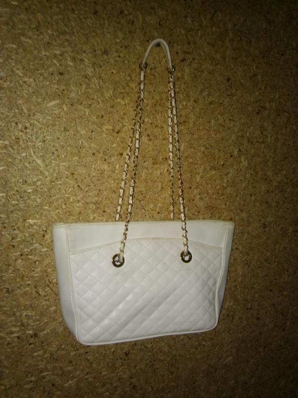 Biała duża torebka ze złotym paskiem
