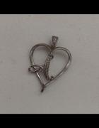 Srebrna przywieszka litera A z kryształkami