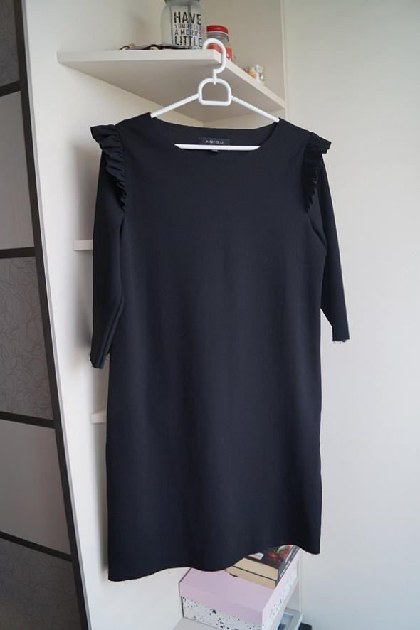 Czarna sukienka z surowym wykończeniem Amisu S