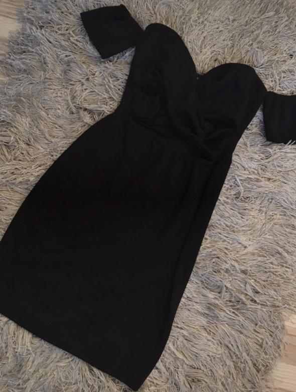 Czarna sukienka z wycięciami