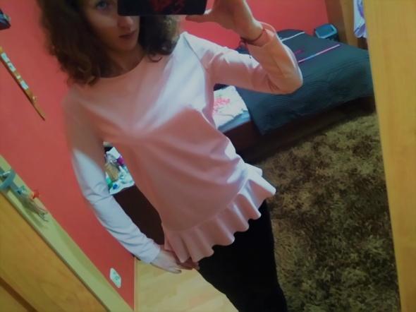 Elegancka różowa bluzka z falbaną...