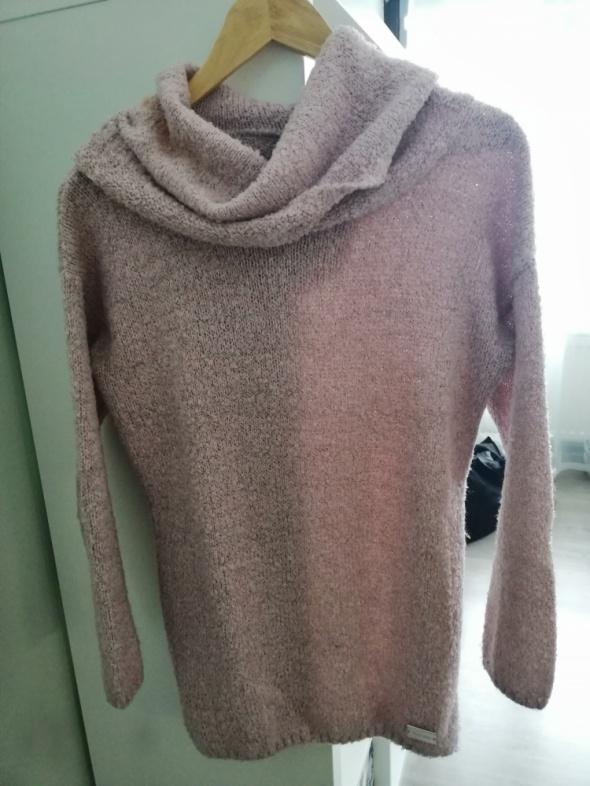 pudrowy sweter z golfem