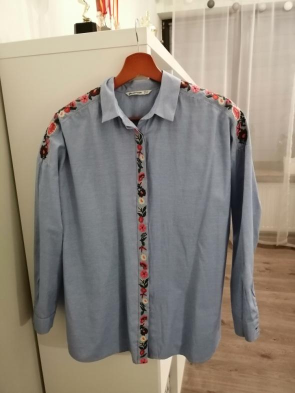 niebieska koszula z haftami oversize stradivarius