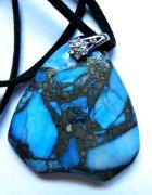 Niebieski turkus z z pirytemwisior kształt tarczy...
