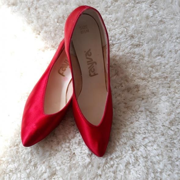 Piękne satynowe czerwone pantofle na obcasie