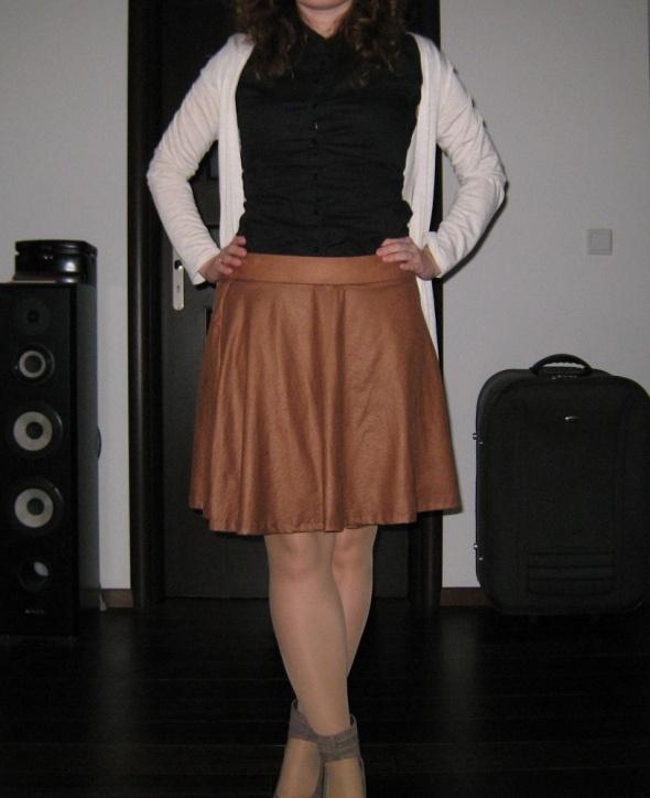 Brązowa spódniczka 38 materiał trochę jak skóra...