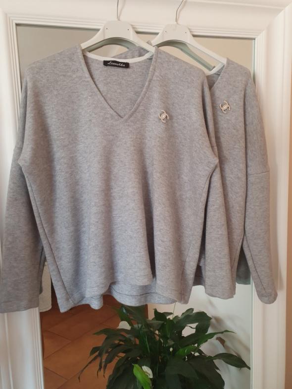 Sweterek z broszka Chanel