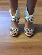 Białe sandały na obcasie gladiatorki