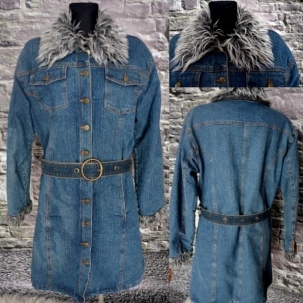 Jeansowy płaszcz z kolnierzem futerkowym