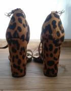 Sandały na szpilce w panterkę...