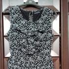 Czarna sukienka w kropki z żabotem