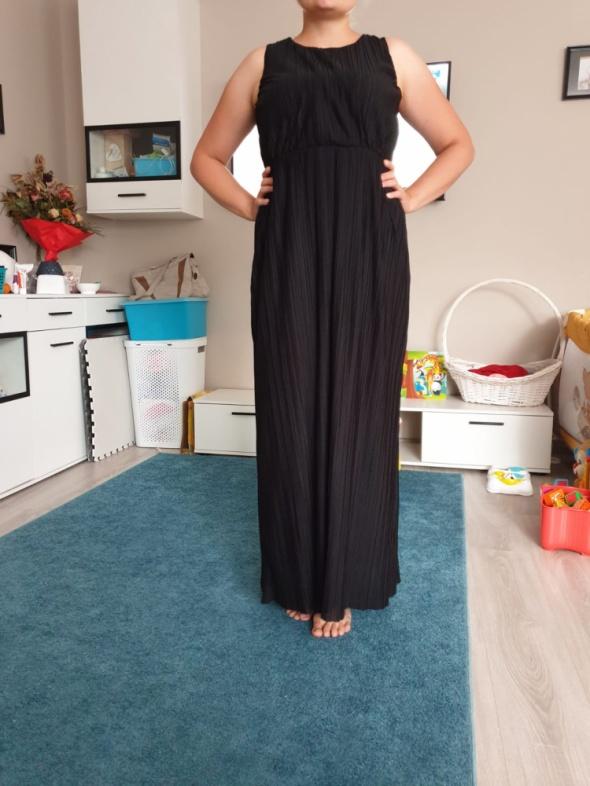 Czarna długa suknie plisowana