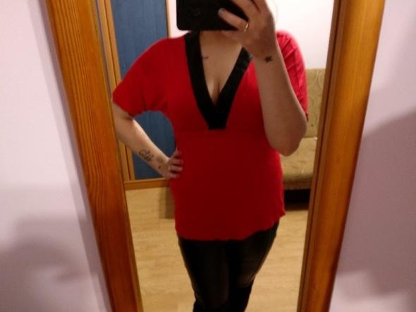 Czerwona bluzka z dekoltem Clockhouse...