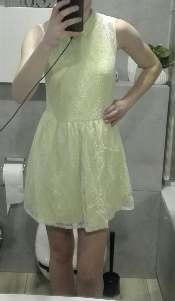 seledynowa sukienka z białą koronką
