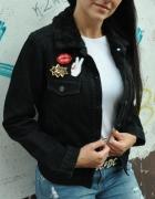 czarna jeansowa kurtka z kożuszkiem i przypinkami...