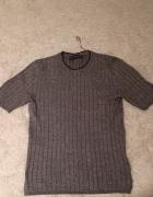 dopasowany sweterek z krótkim rękawem...