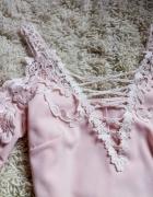Pudrowa bluzka gipura