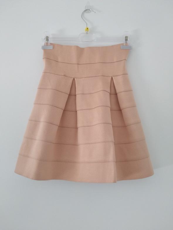 Pudrowa spódnica