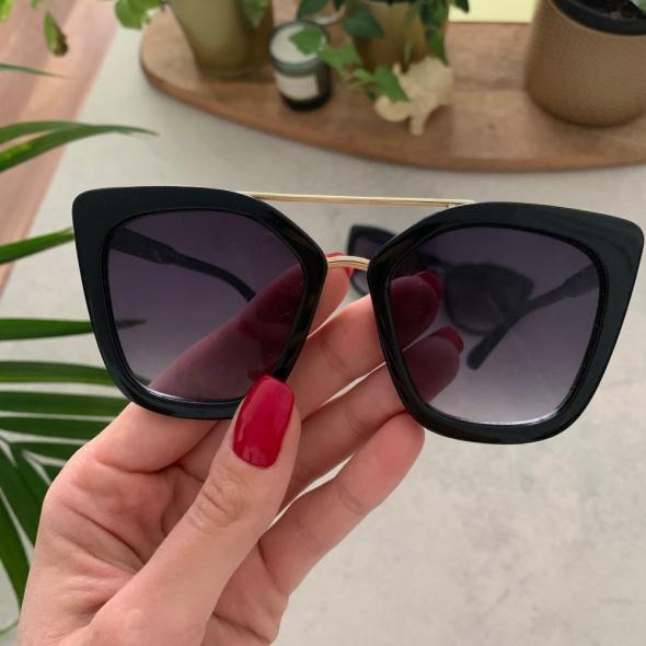 Czarne okulary ze złotymi łączeniami