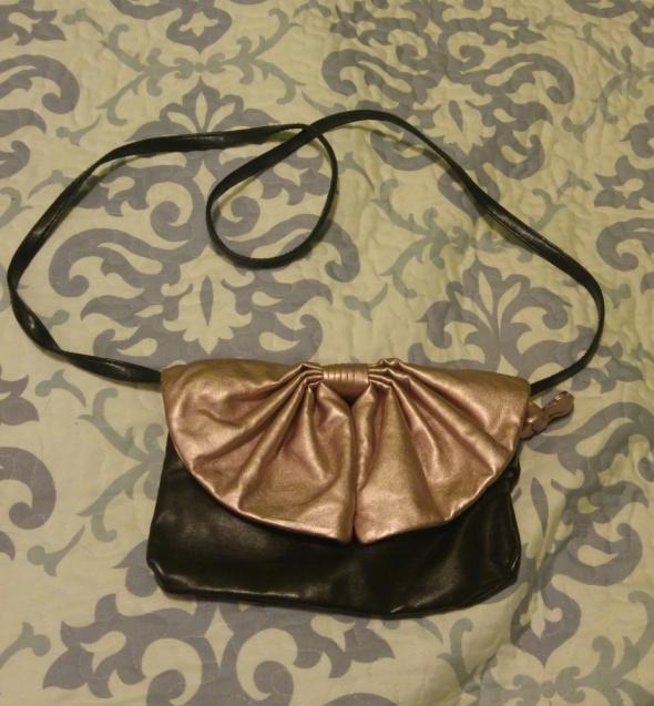 Mała torebka kokardka czarna kopertówka wesele 2w1